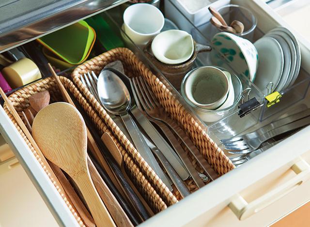 画像: 木製のカトラリー、豆皿、小さなカトラリーなど、物はグループ化され、トレイに仕分けして収納。よく使うものなので上段の引き出しに