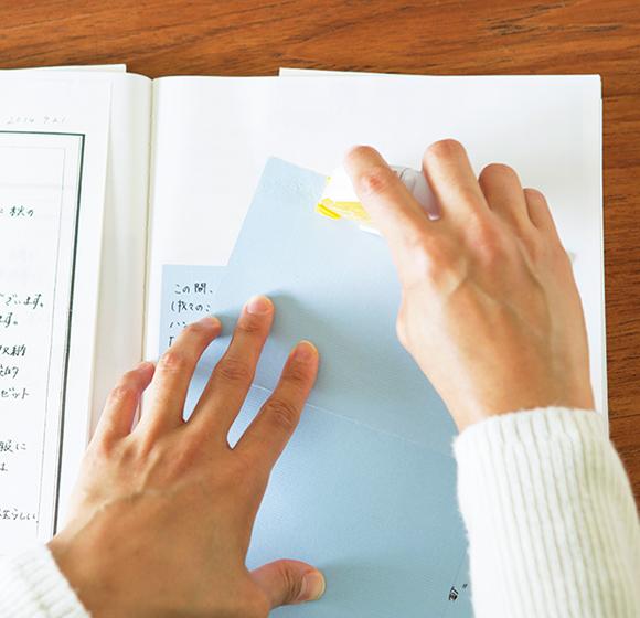 画像: のりは貼ってはがせるテープのりを使用。手が汚れず、細かい作業もスムーズなので、手軽に使える