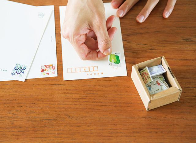 画像: 夜のちょっとした時間に切手をハガキに貼っておく