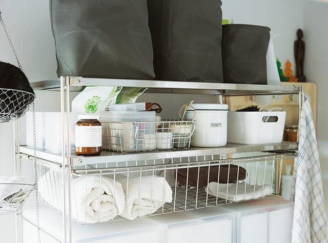 画像: ランドリーラックは無印良品のステンレスユニットシェルフを。洗濯、洗面、お風呂上がりに必要なものは、すべてこの棚に納まっている