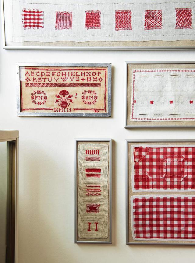 画像: 少女の刺しゅうサンプラーと繕いのサンプラー 上はかけはぎ、下左は編み物のつぎ、下右はチェックの布のつぎの裏表。中段左は、1886年製、5歳の少女による刺しゅう。わかりやすいように赤一色のクロスステッチで刺されている