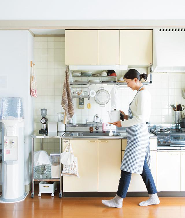画像: 欲しいものをすぐに取り出せる、スムーズな動線の台所。コンパクトなキッチンながら、フックやトレイを多用して、必要十分な収納力に