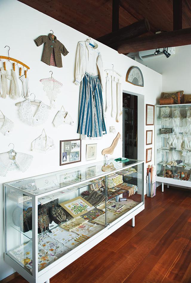 画像: 「ユキ・パリスコレクション」2階のミュージアムでは、サンプラーはもちろん、16~20世紀の400年間にヨーロッパ各地でつくられた、レースや刺しゅうなどの針仕事や道具や資料などを展示している