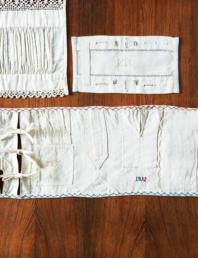 画像: お裁縫仕事のサンプラー ボタンホールにホック付け、ギャザーやあきや袖口の始末など。ミシンで縫ったかのように、細かくていねいに部分縫いが施されている