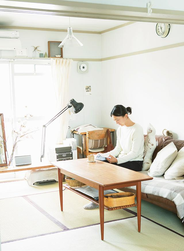 画像: ソファに座り、お茶を飲みながら雑誌や本を読むのは、本多さんが大切にしている時間。ページを丹念に読み、情報をインプット