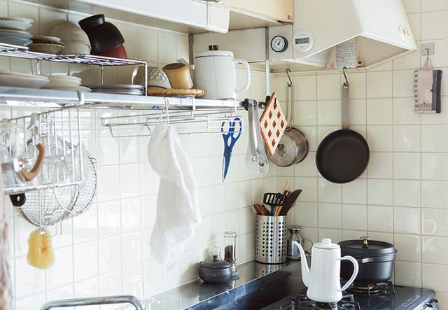 画像: 食器収納は吊り戸棚とオープンラックのみ。よく使うものをオープンラックに置いて取り出しやすく。洗ったらさっとふいて、すぐしまう。動かずワンアクションでできるように考えられている