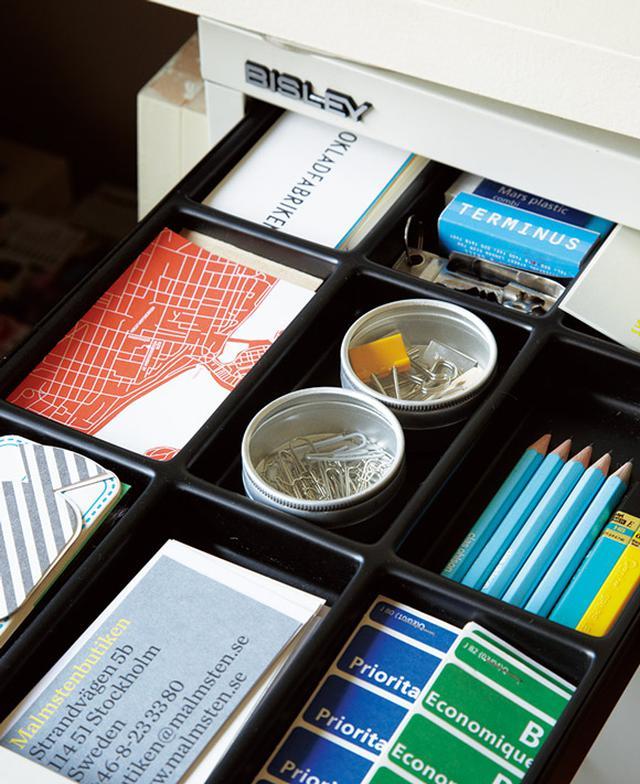 画像: 底の浅い引き出しは、仕切りケースを使い名刺やショップカードを収納