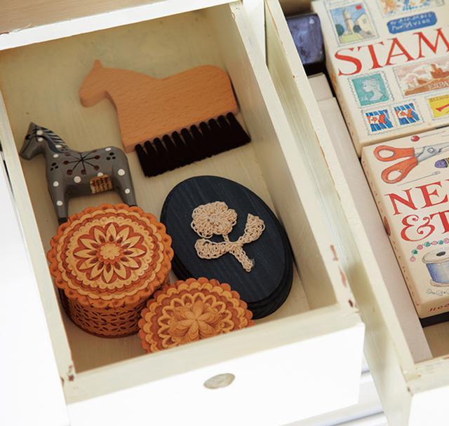画像: 旅先で出合った、こまごまとした思い出の雑貨類などを納めておく