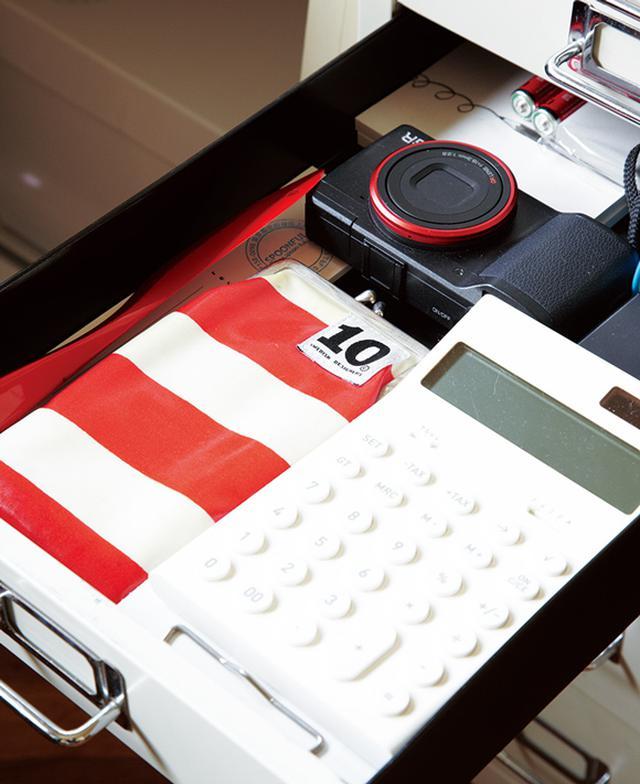 画像: デジカメやペンケースなど。引き出しの中も、なんとなく色をそろえて
