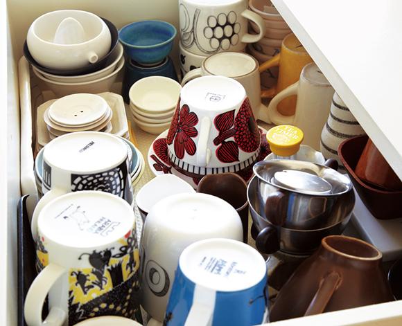 画像: 1段目は、よく使うカップ類。裏印が見えるように伏せて入れる