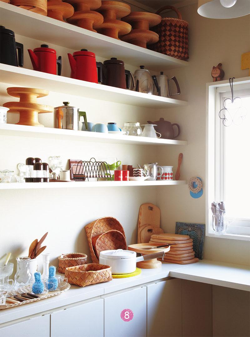 画像: ショップ兼、仕事部屋の商品棚。こちらも見やすいよう素材別・アイテム別を意識した並べ方