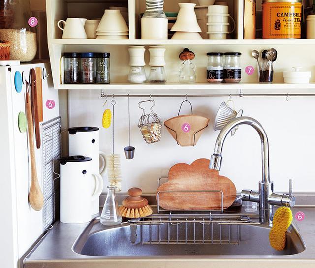 画像: シンクまわりは、ワイヤーのかごやスタンドを使い、道具類を機能的に配置