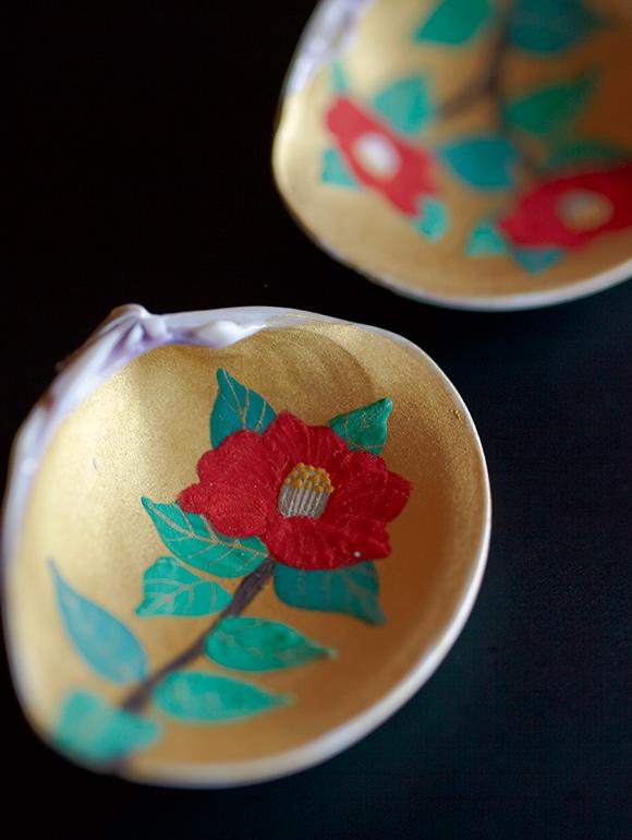 画像: ぽってりとした椿の花が描かれた貝