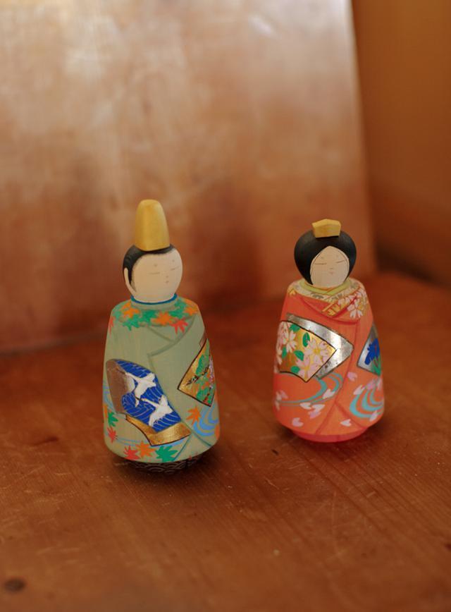 画像: 雨宮さんが「今回、一番のお気に入り」と挙げてくれた、華やかな彩色雛人形。女雛には、桜の花と流水桜が描かれている。流れる水の水文は着物に使われる定番の文様。男雛にはもみじと松の木、空に舞う鶴が描かれ、なんともおめでたい絵柄