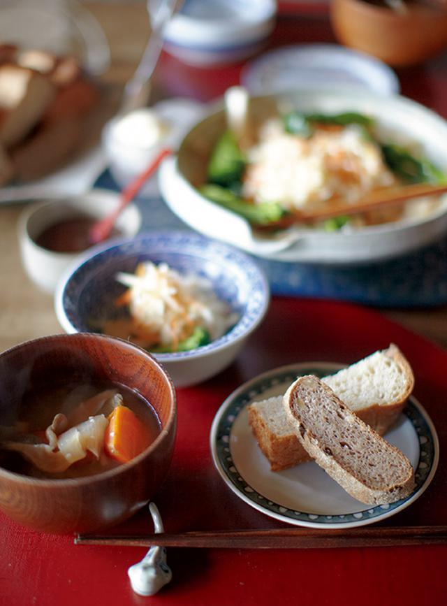 画像: 春海さんが私たちのために用意してくれた心づくしの昼食。パンもジャムも自家製。パンや焼き菓子は、以前、販売していたこともあるプロの腕前