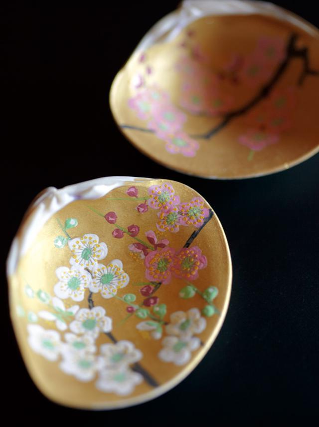 画像: 雛人形と並び、松尾さんがライフワークとして制作している合わせ貝。貝合わせと呼ばれる、昔から伝わる遊びがあり、左右一対のはまぐりの貝の内側に絵を描き、神経衰弱のようにして遊んだのだとか。雛道具のひとつとなっている