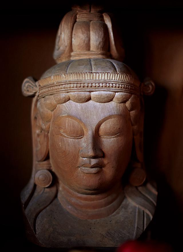 画像: 仏師だった夫・秀麿さんが彫った仏像。秀麿さんは芸大を卒業後、京都にある美術院国宝修理所に勤め、日本中の寺社の仏像修復の仕事をしていた
