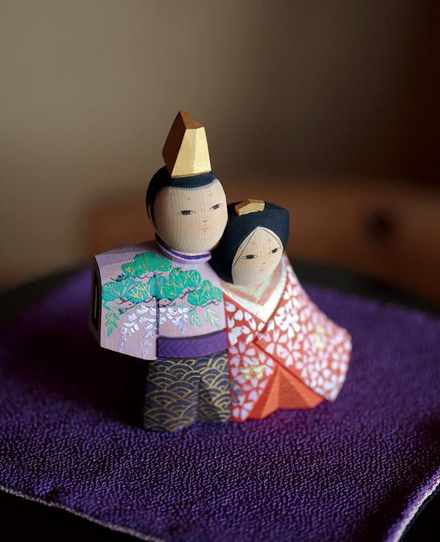 画像: 秀麿さんと春海さんの共作「抱き雛」。女雛と男雛が寄り添うように立っているドラマチックな作品。「実物を見られて感激!」と雨宮さん