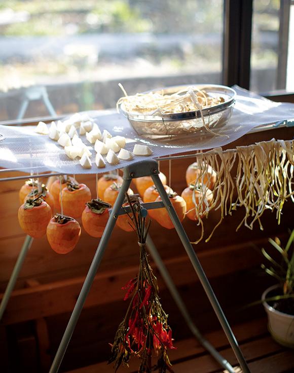 画像: 広大な敷地で野菜などを育てている春海さん。多くとれたものは保存食にして大切にいただく。「畑仕事は、冬の間は、しばらくお休みです」