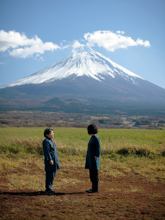 画像: 時間ごとに表情を変える富士山。春海さんのアトリエと富士山の前にはさえぎるものは一切なく、雄大な草原が広がる、この上ないロケーション