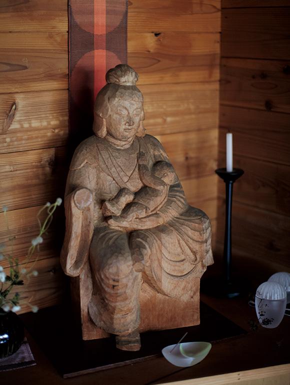 画像: リビングルームの一角にしつらえられた、秀麿さんの仏像。京都からこの地に移り住んでからは、独自の仏像制作に取り組んでいたという