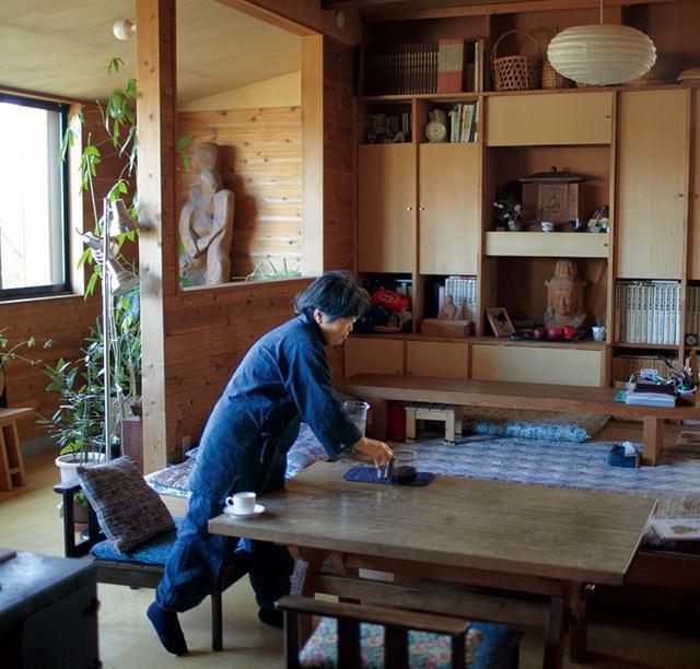 画像: 窓の外に目をやれば、悠然と広がる富士の景色。住居と工房を兼ねた家に暮らし、制作を行う。不定期で「一期一会コンサート」という催しを開いている