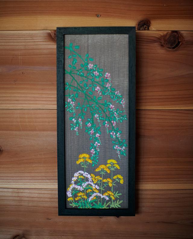画像: 杉板に萩、おみなえし、藤袴の花を描いた板絵。春海さんが描くのは野の花が多い。「洋花のゴテゴテしているのは描かないし、描けないんです」