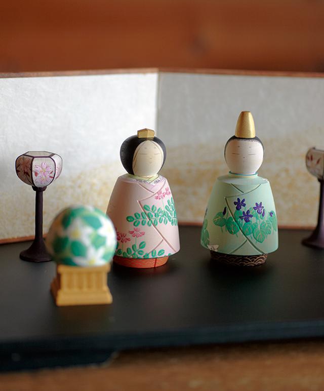 画像: ぼんぼりや橘の飾りなどとセットになった彩色雛人形。娘や孫にと買っていく女性も多いが、何よりも「自分のために」と求めるファンがたくさん