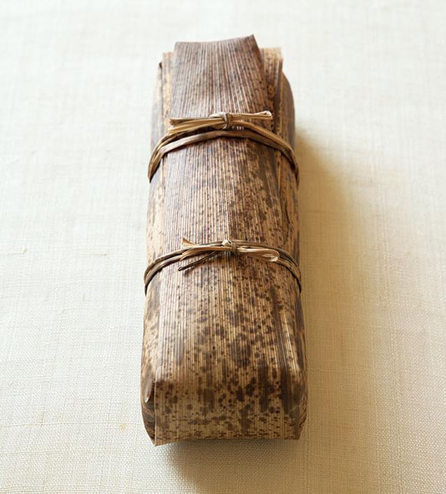 画像: 竹の皮に包んで、おもたせに