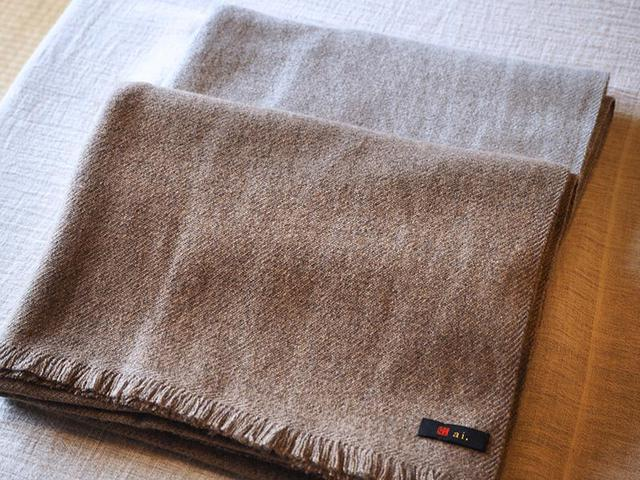画像: わたなべさんのブランド「ai.」のカシミヤストール。カシミヤセーターと重ね着すれば、冬でもコートがいらないくらいの温かさだとか