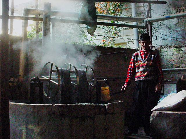 画像: ネパールの染色工房。360色もの色に染め分けができるほど、高い染色技術をもった職人集団です(写真提供:わたなべかおり)