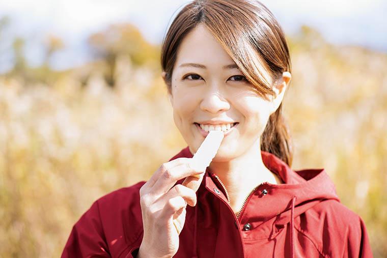 画像: 収穫したばかりのてん菜を皮をむいてひとかじり。「酸味のないりんごみたいな感じ? このまま料理にしてもおいしそう!」
