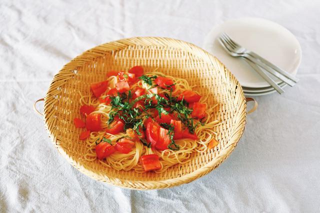 画像: ざるは大皿に変身させ、むだな食器をナシで済ましています