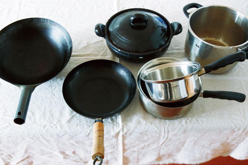 画像: 右から)フィスラーの圧力鍋、ビタクラフトのステンレス鍋、土鍋、リバーライトのフライパン、中華鍋。圧力鍋、ステンレス鍋ともに10年以上のつきあい。メンテナンスしながら愛用