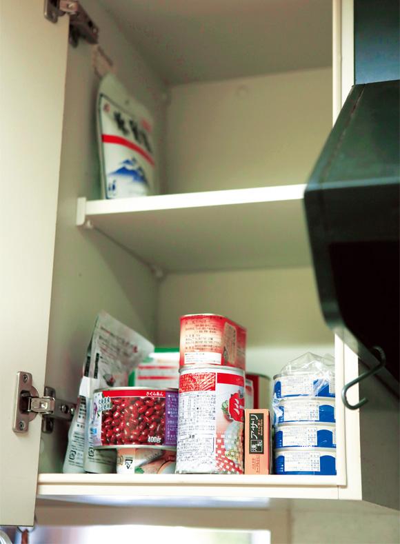 画像: 見よ、このスカスカの棚を。最低限のものだけをストックしておくと、必要なものをさっと取り出せて作業もスムーズに。これなら、ストック品すべてを把握でき、賞味期限切れも防げる