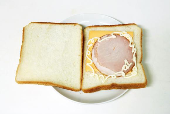 画像: ホットサンドメーカーの代用として思いついた、ホットサンドのつくり方。食パン2枚に具をはさみフライパンの上に置く