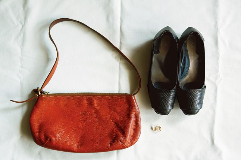 画像: 「一個選ぶなら」の物たち。靴は歩きやすく、カジュアルにもフォーマルにも対応してくれる。バッグは必要最低限のものが収まり、どんなファッションにもなじむ。ゴールドのリングピアスは「顔の一部のよう」に愛用中