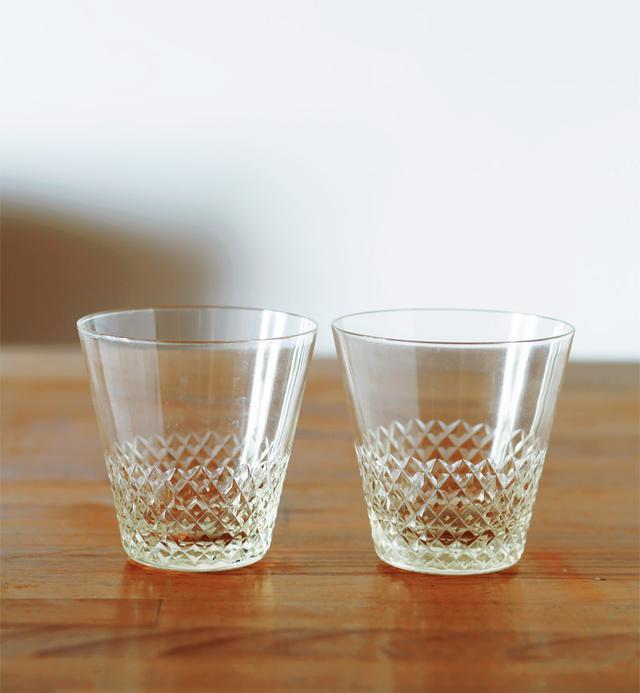 画像: 子どもたちが大きくなり、「もう割ることもそうないだろう」と、そろえた江戸切子のグラス。食器棚にグラスはこれだけ。あれもこれもとそろえずとも、本当に気に入ったものがひとつあれば十分