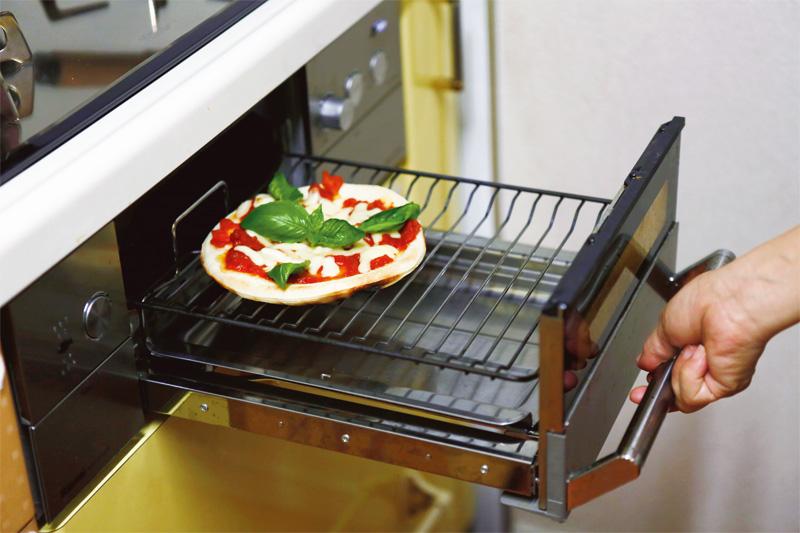 画像: オーブンは置くスペースがないのでグリルで代用