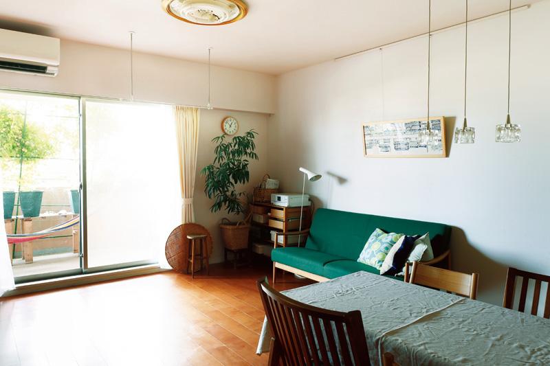 画像: 明るく開放的な金子さんの家のリビング。敷物は敷かず、広い床面を心がけた。カーテンと壁の色を合わせ、部屋全体に一体感をもたせている