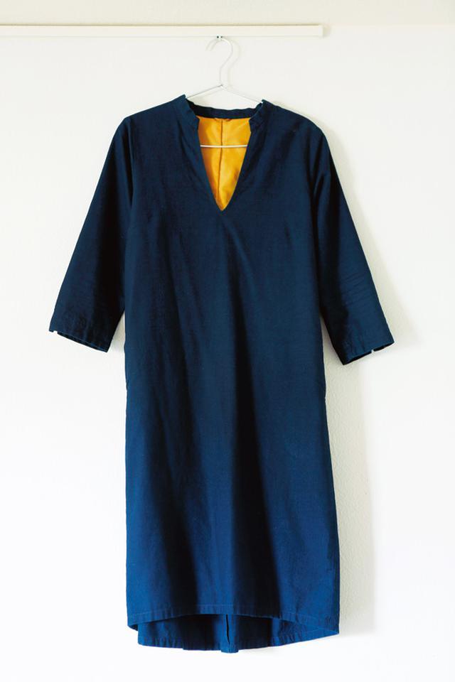 画像: 服を持たない金子さんの強い味方の一枚。サイズもぴったり、人にも「似合う」とほめられるパラスパレスのワンピース。「色が抜けてきたら藍染め屋さんに染め直してもらおうと思っています」