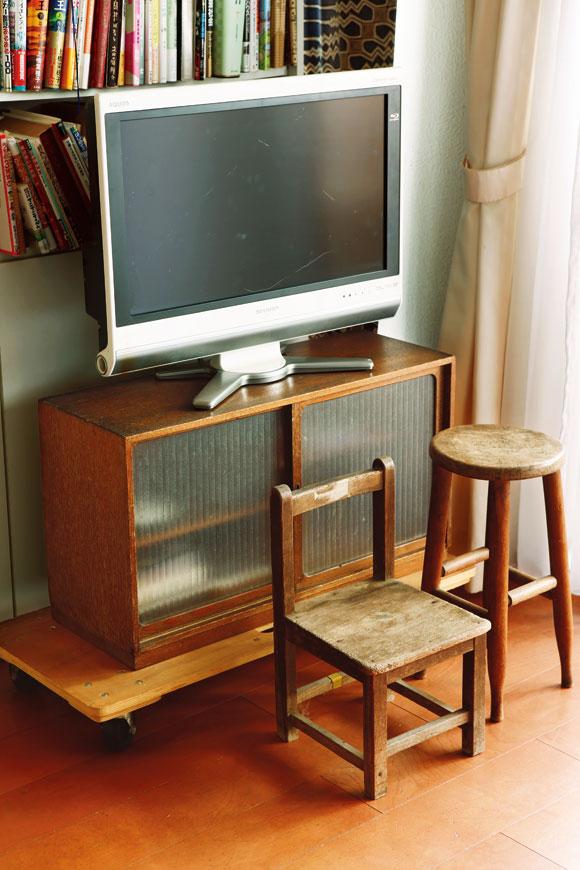 画像: 縁があって集まってきた家具たち。棚は30年近く前に粗大ごみ置き場で見つけた。スツールは「古いものが好きでしょ?」と弟さんから譲り受けた。小さな椅子は廃園になる幼稚園からもらってきた