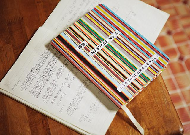 画像: 常連客が置いていった「感想ノート」は、いま、3冊目。中を開くと、日本語の感想に交じって、各国の言葉が並んでいる