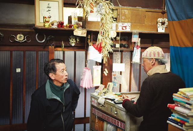 画像: 鮮魚「木村」の木村哲三さん(左)は、長谷川さんの亡弟と同級生。「子どものころ、風呂に蛙を投げて叱られたな」