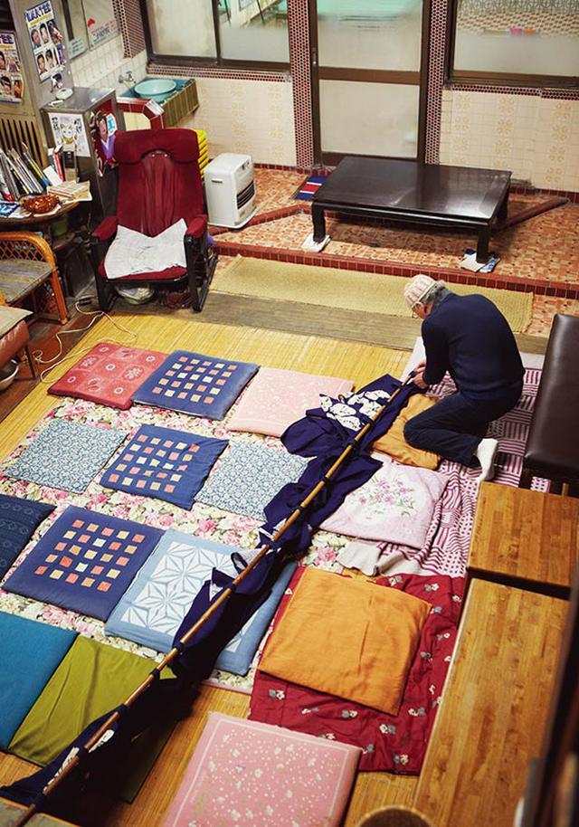 画像: 藍染め絞りののれんは、知人が「錦湯」のためにつくってくれたもの。長谷川さんは、ライブやイベントのときにも、こののれんを会場に掛けている