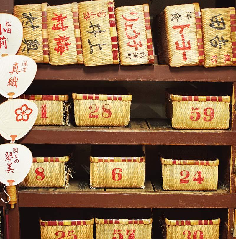 画像: 「錦湯」の脱衣所には、衣服を入れる柳行李が並んでいる。番号入りの行李は、だれでも使える。名前や屋号の入ったものは、常連客用