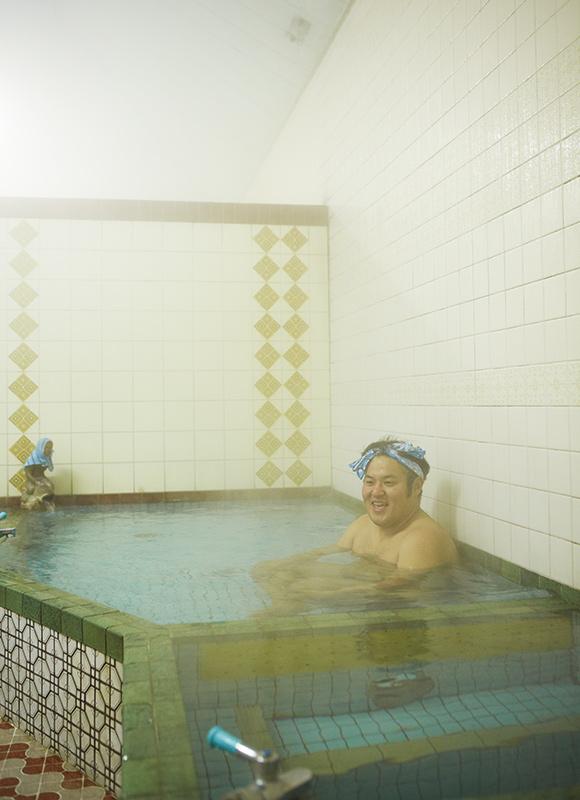 画像: いつも最後に入るのは、太遊さん。大きなお風呂をひとり占めして、ねたの稽古をしたり、考えごとをしたり