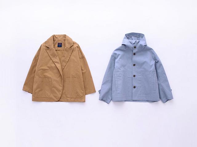 画像: 左)キャメルのジャケット 42,000円/ギャレゴ デスポート(ビショップ) 右)ライトブルーのフードジャケット 26,000円/オーシバル(ビショップ)