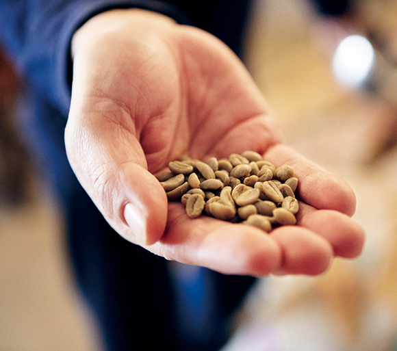 画像: 豆と向き合う焙煎の時間