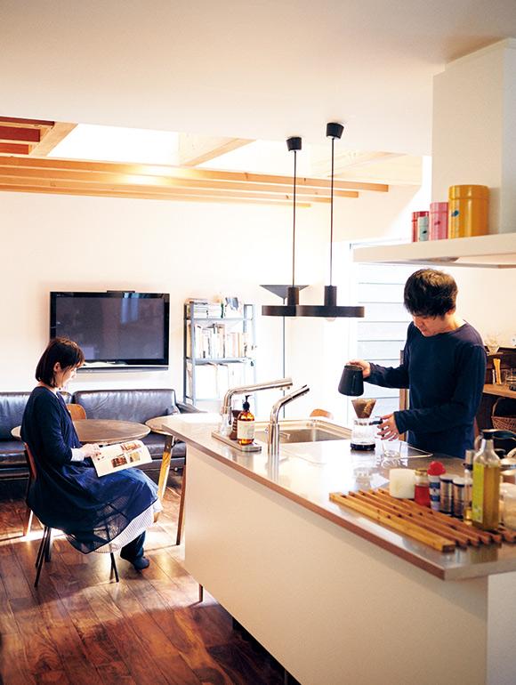 画像: ゆっくりできる日の、朝のひと時。淹れたてのコーヒーの香りが、オープンなLDKの部屋中にふわっと広がり、庄野さんも悦子さんも笑顔に
